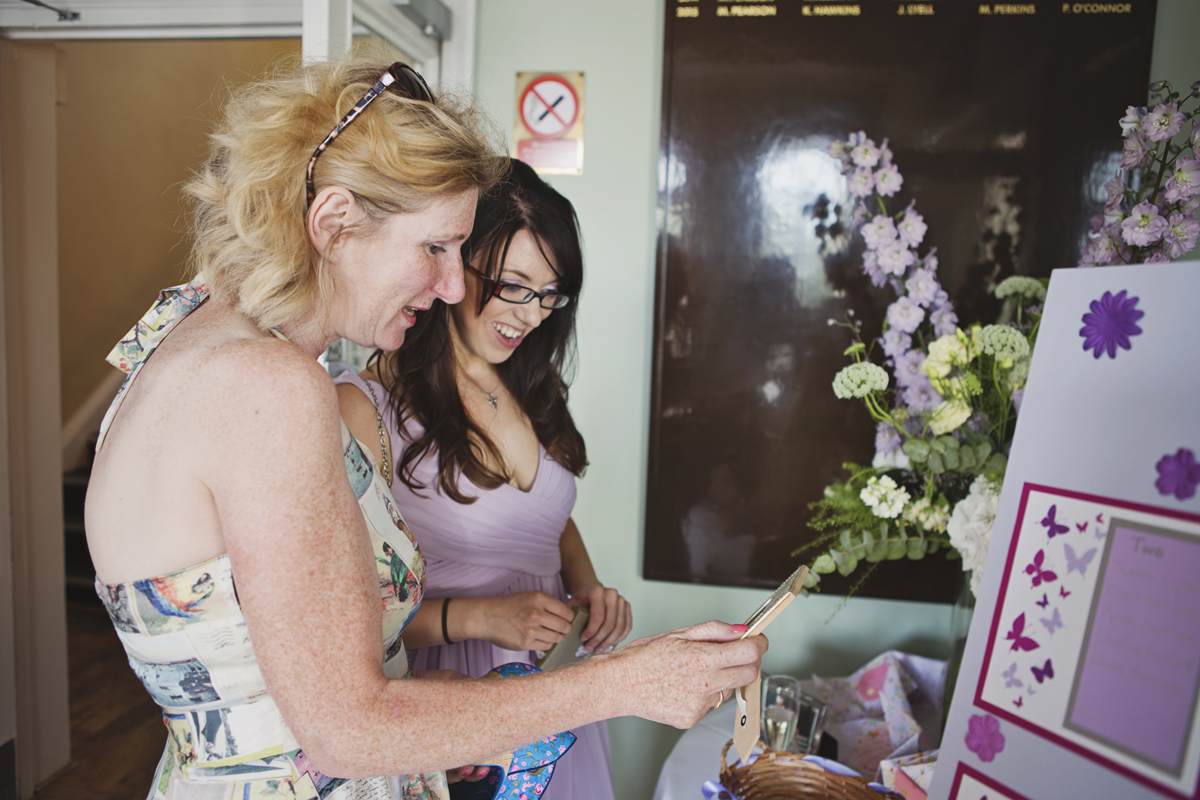 Two women guests reading thank you cards at a wedding